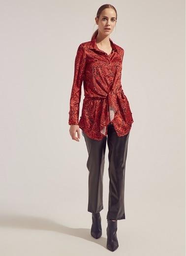 Monamoda İpek Saten Parça Düğüm Detaylı Loose Fit Gömlek Kırmızı